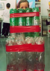 Construindo cadeira com material reciclável. Colégio Magno.